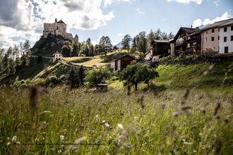 Schloss Tarasp liegt auf einem kegelförmigen Felshügel im Südwesten der Gemeinde Scuol im schweizerischen Kanton Graubünden.