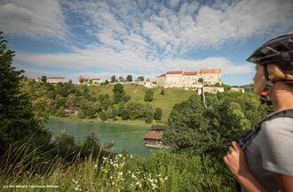 Innradweg Woehrsee und Burg Burghausen Radler Inn Salzach Tourismus Michael Schanz