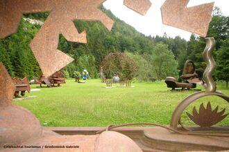 Kramsacher Skulpturenpark von Alois Schild an der Brandenberger Ache